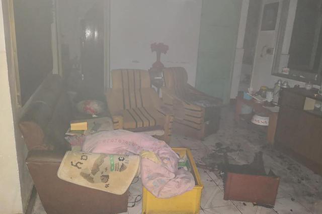 民宅凌晨失火九旬夫妻被困 派出所长冲入浓烟施救
