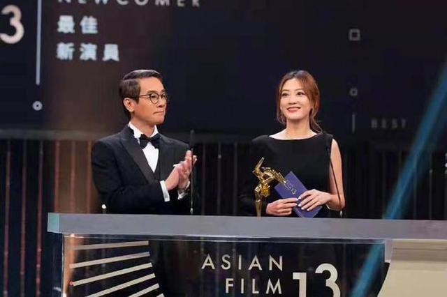 陈小春夫妇出席颁奖典礼 应采儿笑容甜美女神范足