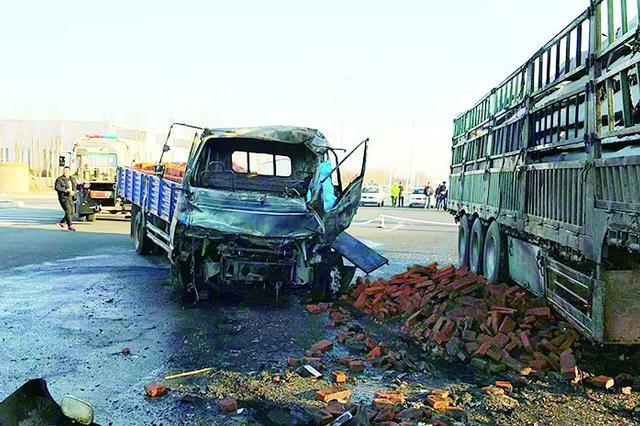 哈尔滨市松北区小货车撞上大货油箱车头起火一死一伤