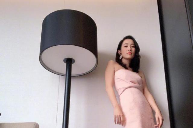 佘诗曼仰拍秀身材美出新高度 樱花粉长裙少女浪漫