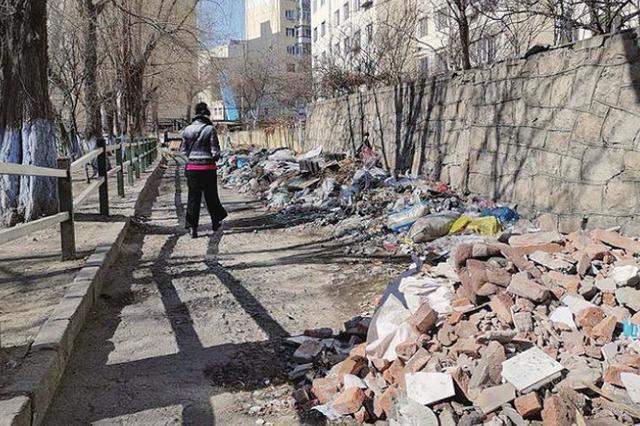 哈市马家沟公安街段林荫小路20米长垃圾带堆一年
