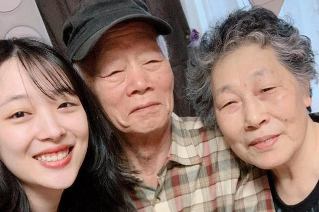 雪莉晒与爷爷奶奶合照 皮肤白嫩遗传家人