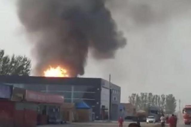 河北沧县一库房爆炸 目击者:很多压缩气体罐炸了