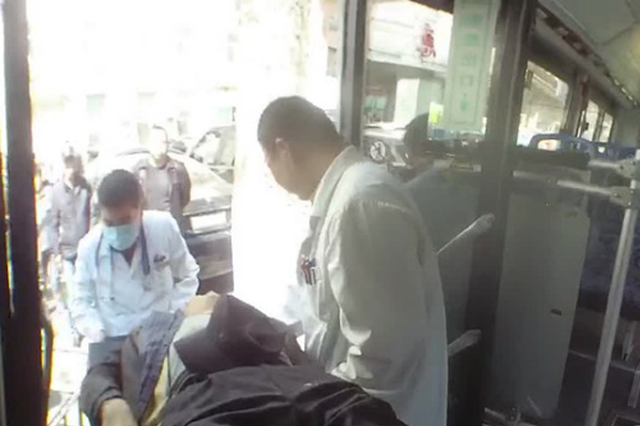哈市一八旬老人突然没脉搏 公交跟着警车连闯仨红灯送医