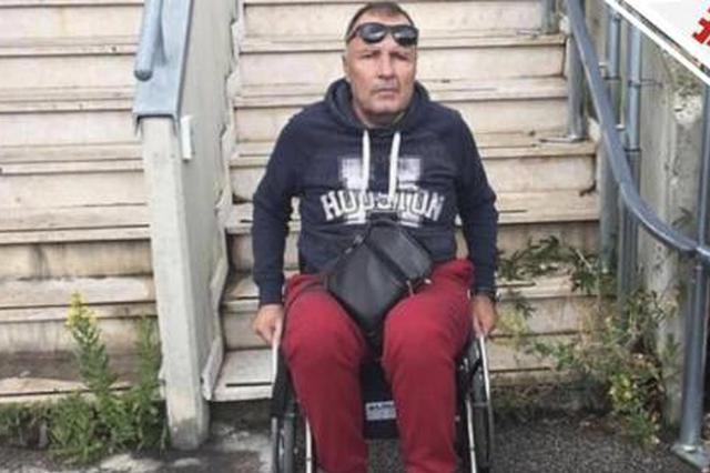 意男子假装残疾12年拿百万国家补助 忘坐轮椅穿帮
