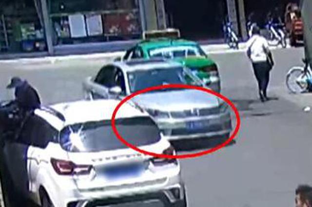 2岁小孩被卷车底 周围市民仅用22秒抬车救人