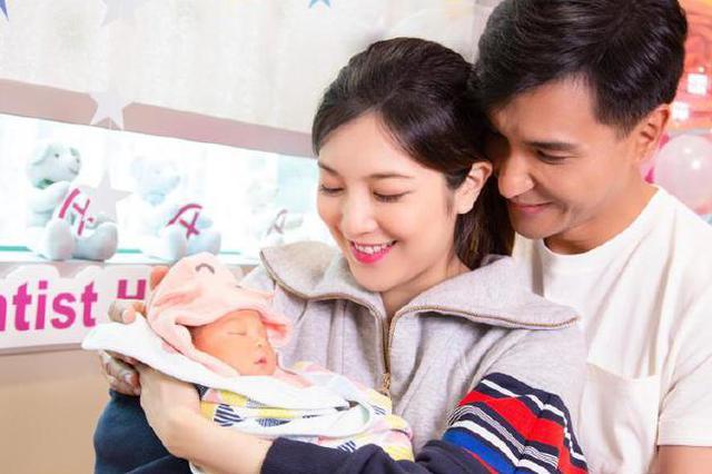 陈展鹏晒全家福宣布喜得爱女:欢迎来到我们家