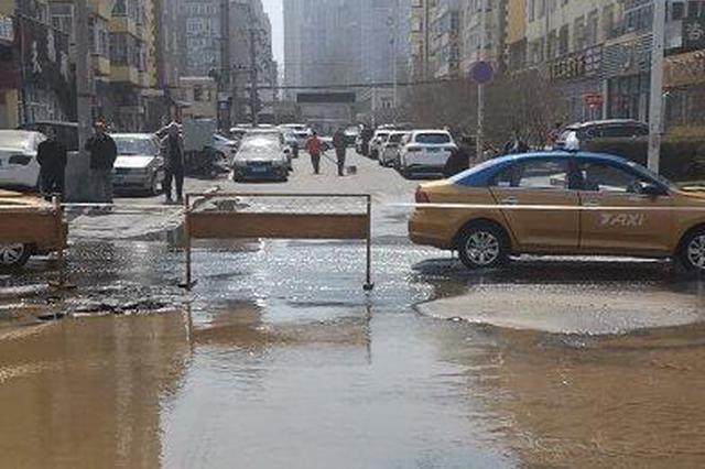 哈尔滨一供热管线突然爆裂 路面塌陷公交车被困坑中