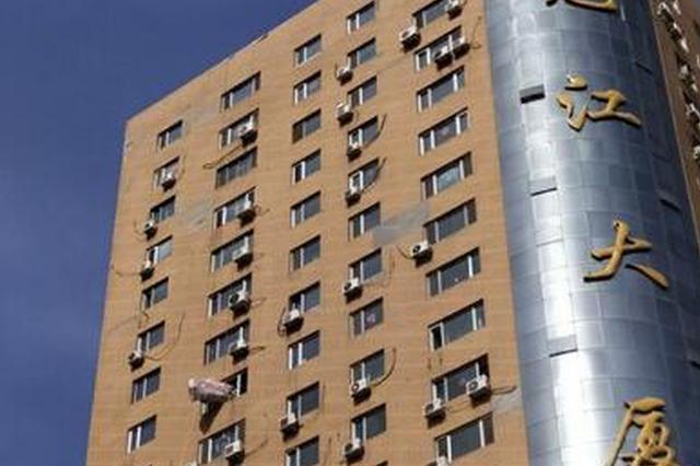 惊恐!哈尔滨南岗区龙江大厦一住户高空运沙发