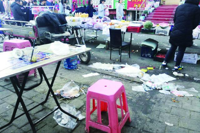 哈市志华广场上 上百摊位闹到晚十点遍地油污垃圾