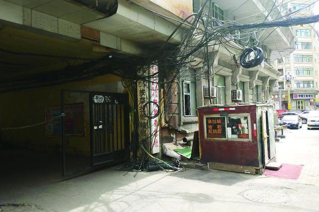 哈尔滨市鞍山街17号小区大门前线缆低垂乱成麻