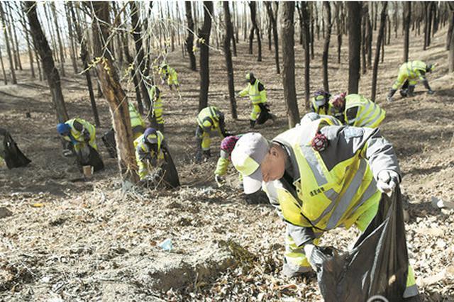 哈市道里区多部门开展义务劳动 200人清运垃圾10余吨
