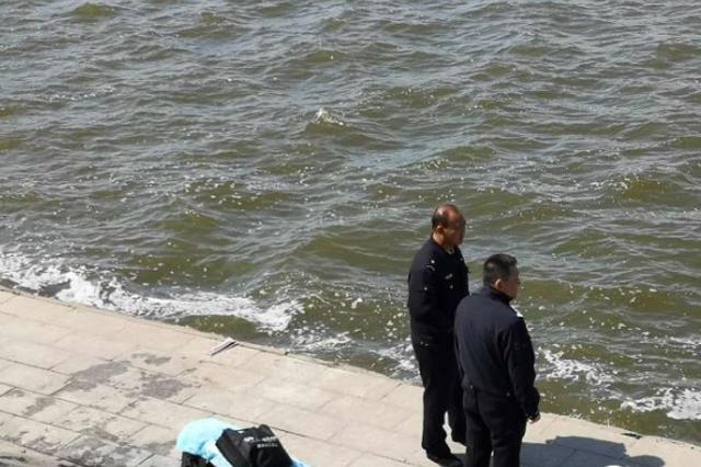 哈尔滨防洪纪念塔附近江面现女性浮尸 疑似刚刚溺亡不久