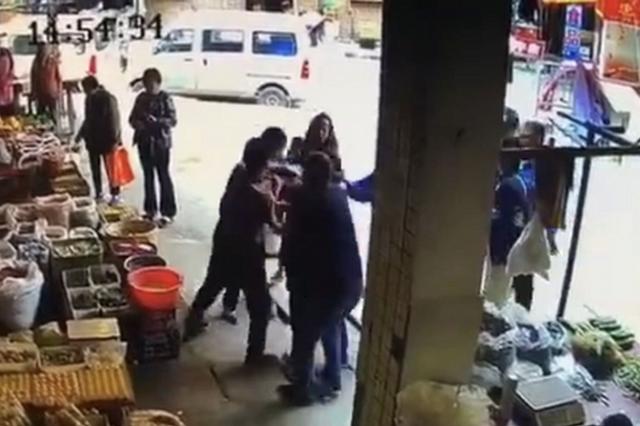 四川一城管队员争执中扇商户耳光 被停职1个月
