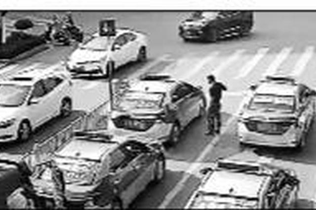 """称""""闯红灯会被罚"""" 出租车路口拒让消防车被记3分"""