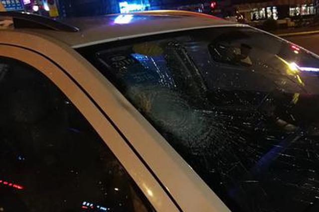 哈市一七旬老汉过街被撞身亡 警方寻找老人亲属