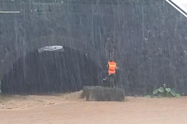 回头不是岸 湖南一男子进涵洞玩因江水突涨被困