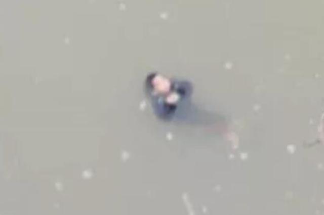 女子将儿子丢河中 警方:精神病发作 孩童无大碍