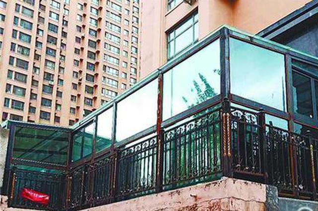 涧桥西畔小区有处玻璃房 属于私建将被依法拆除