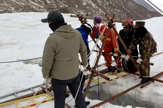 甘肃一男子冰川探险坠入冰缝底部 被发现时已身亡
