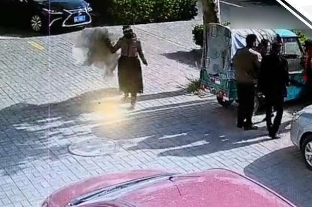 济南一女子殴打七旬环卫工 只因误拿一张塑料布