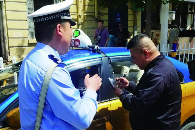 哈尔滨市交警部门持续严查主要路口交通违法行为