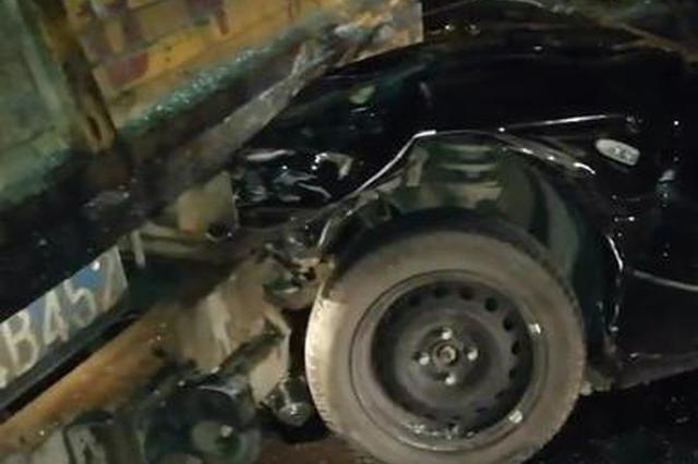 哈尔滨公滨路立交桥上奇瑞钻进工程车车底 7人受伤