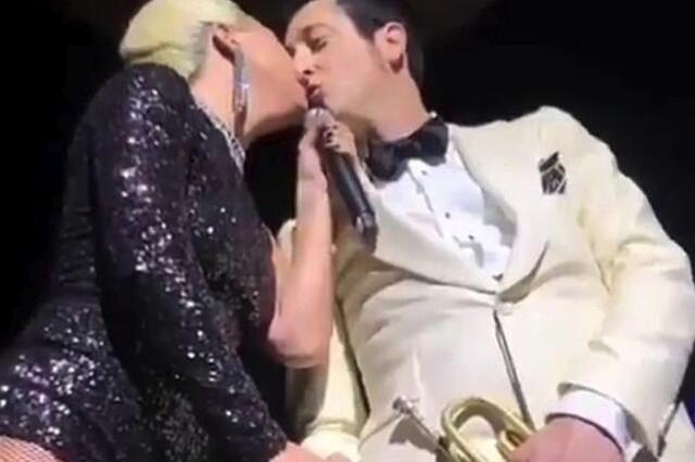 Lady GaGa演唱会亲吻已婚乐手 好友称他们是朋友