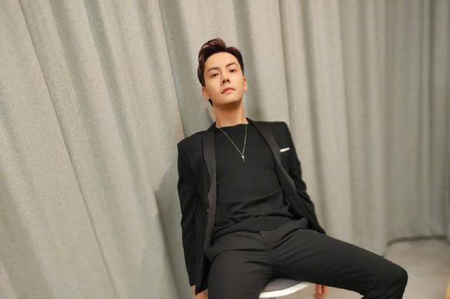 陈伟霆穿黑西装坐椅子摆pose 一双长腿十分抢镜