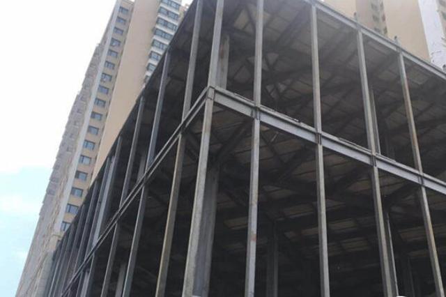 """3800平方米大型钢结构违建""""盛恒基房地产""""仓库开拆"""