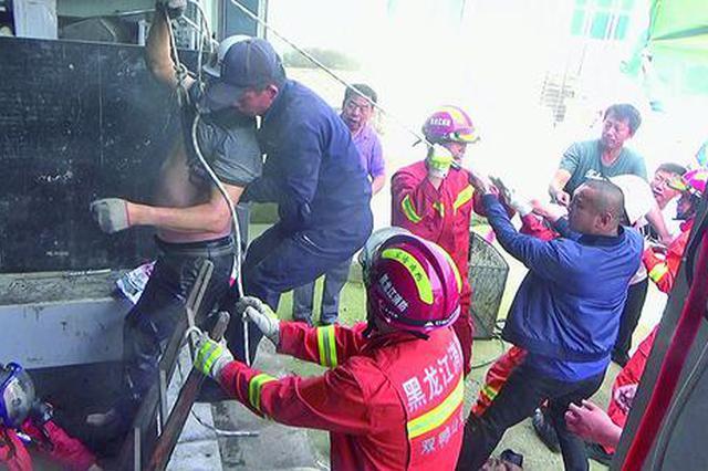 6名工人困在酸菜窖被气体熏倒 救援人员半小时救出