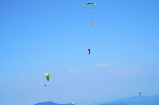 """滑翔伞精英赛来了 月末看国内外""""精鹰""""空中翱翔秀"""