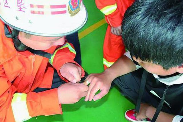借朋友戒指戴着玩摘不下来卡肿手指 消防员帮助取下