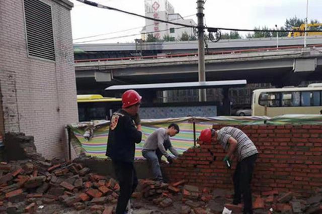 冰城物业50平方米砖墙堵塞防火通道 拆它没商量