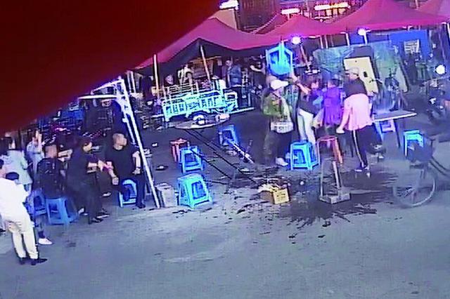 女子撸串喝大与店家互殴 双方9人都被齐市警方行拘