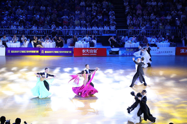 """跳出真正""""国际范"""" 16个国家颜值爆表舞者冰城斗舞"""