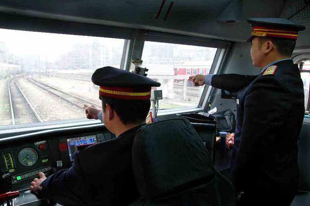 火车司机紧急制动避险 哈铁重奖牡丹江机务段机车司机