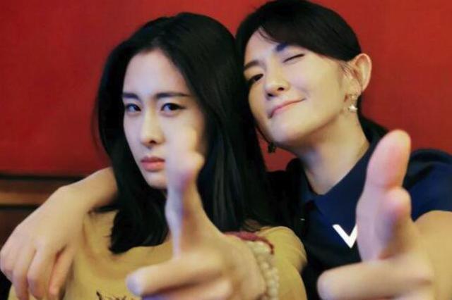 谢娜晒与张碧晨合照 摆枪型手势力破插足传闻