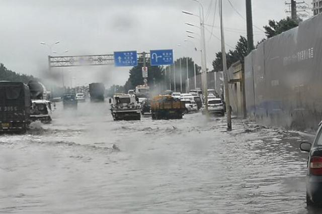 交通提示|军民街与三环路荣进桥积水深 小型车辆须绕行