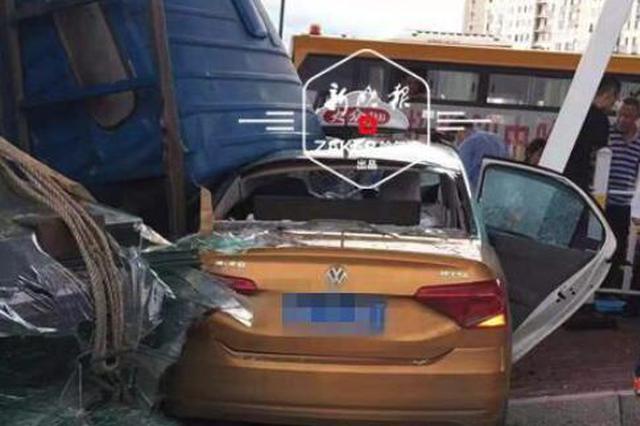 货车与出租车相撞侧翻5人受伤 行车记录仪拍下撞击瞬间