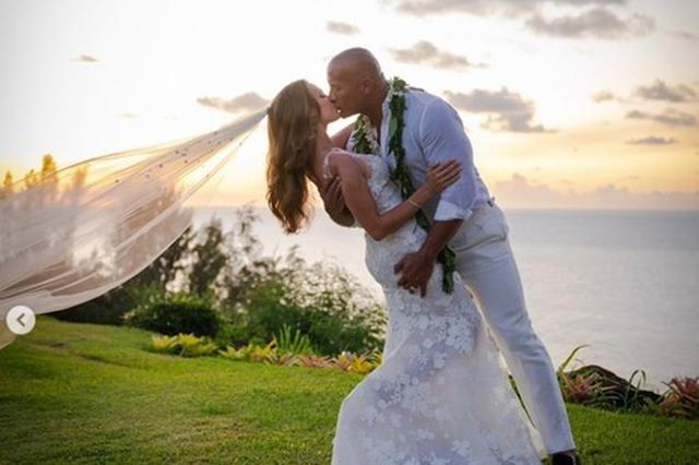 巨石强森结婚了!与老婆海边深吻绝美婚纱照曝光
