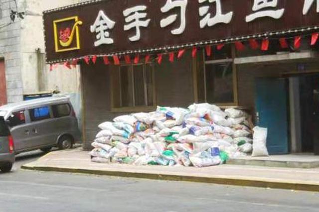 哈市红霞街多个点位建筑垃圾堆成山 生活垃圾随意扔