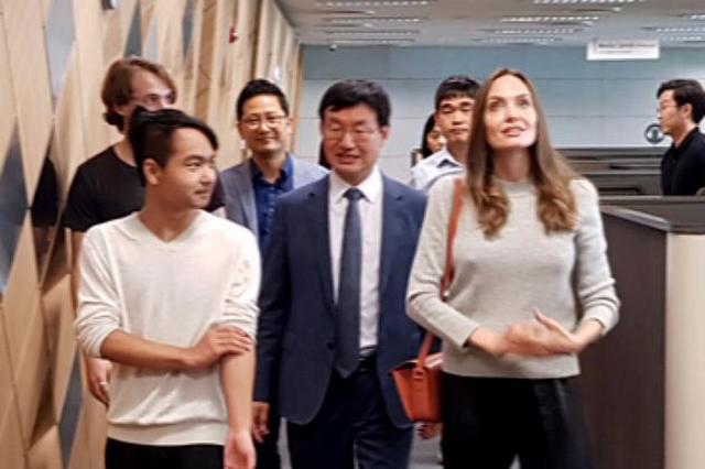 朱莉送儿子就读韩国延世大学 与校领导交流