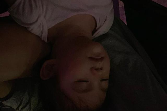 陈冠希女儿枕大腿熟睡 Alaia穿粉色上衣睡颜呆萌