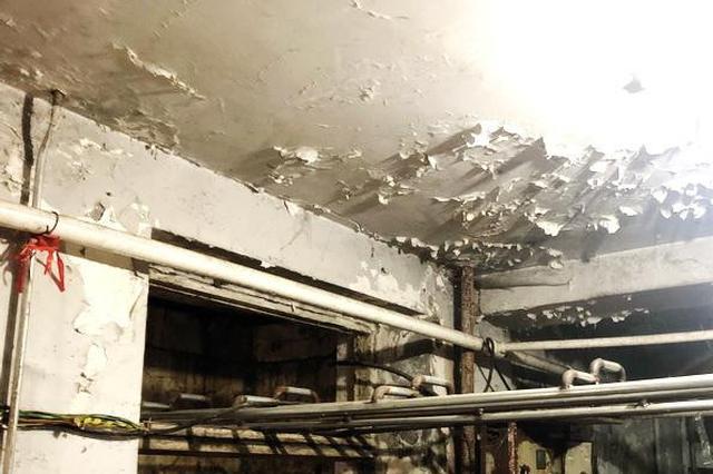 哈市建国街169号居民真发愁:房顶漏水 在家也挨浇