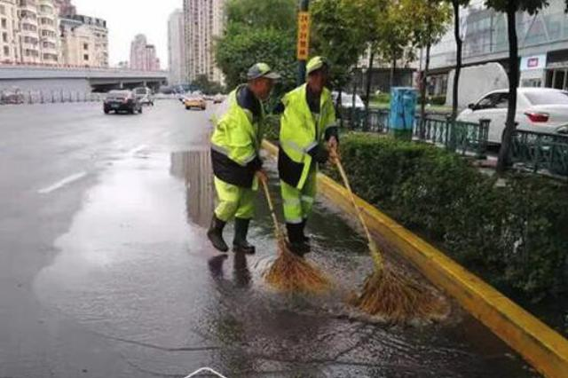 雨中清扫 哈马沿线高频次环卫保障 将持续至比赛结束