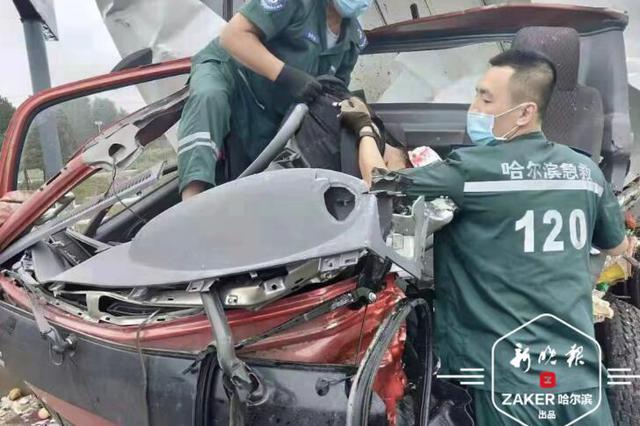 335路公交迎头撞上厢货 货车司机身亡 18人受伤入院