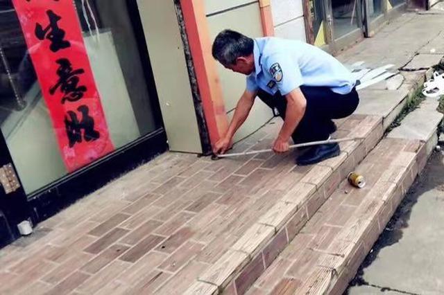 """1米多长的毒蛇盘店门口不走 被6岁娃当""""粗绳子""""捡起"""