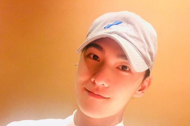 杨洋晒照庆祝28岁生日 对镜微笑比耶阳光帅气
