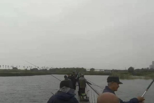 哈尔滨大剧院湿地栈道禁止钓鱼 执法人员劝离近百钓友
